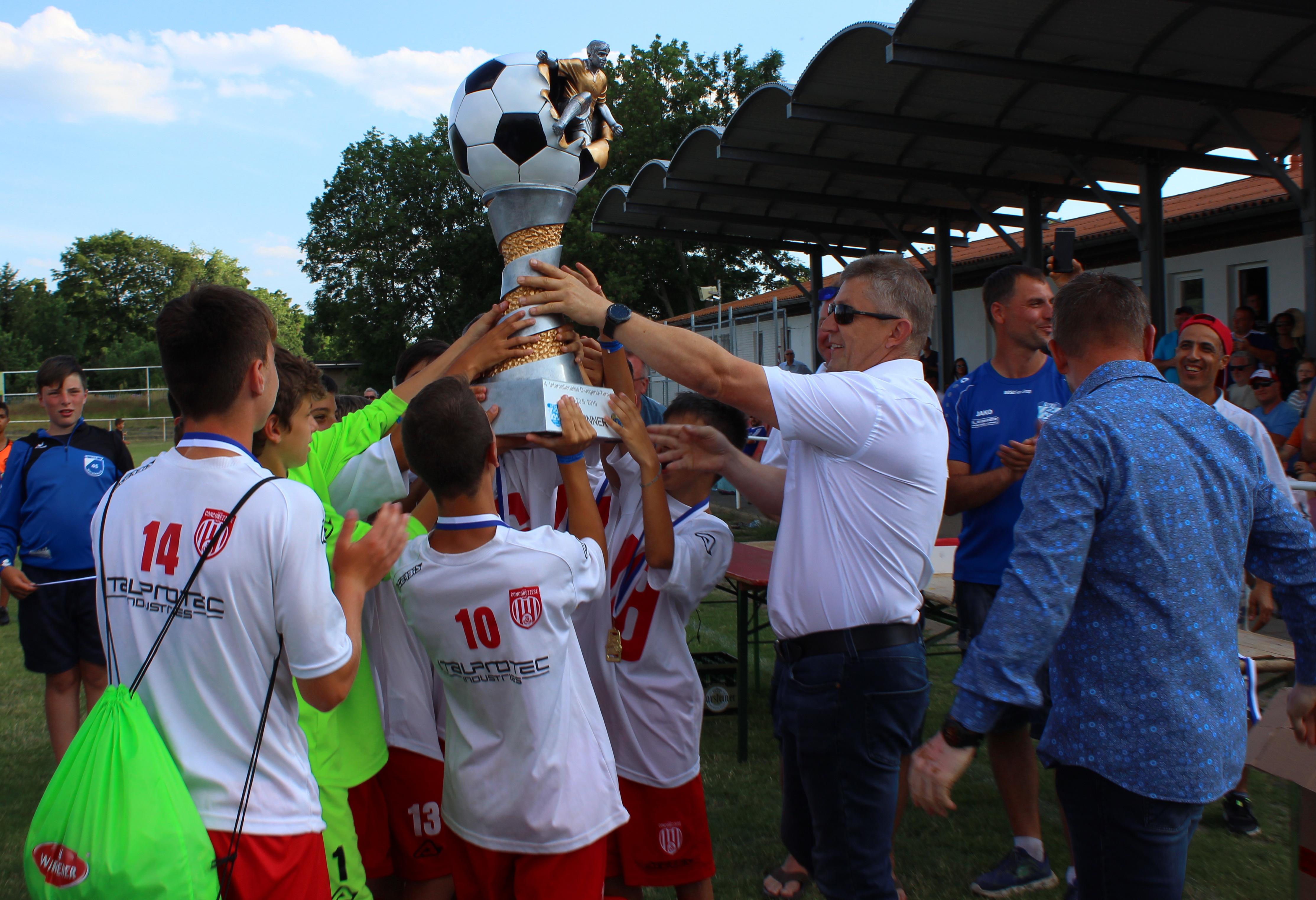Siegerpokal im Jugendfußballturnier geht nach Italien