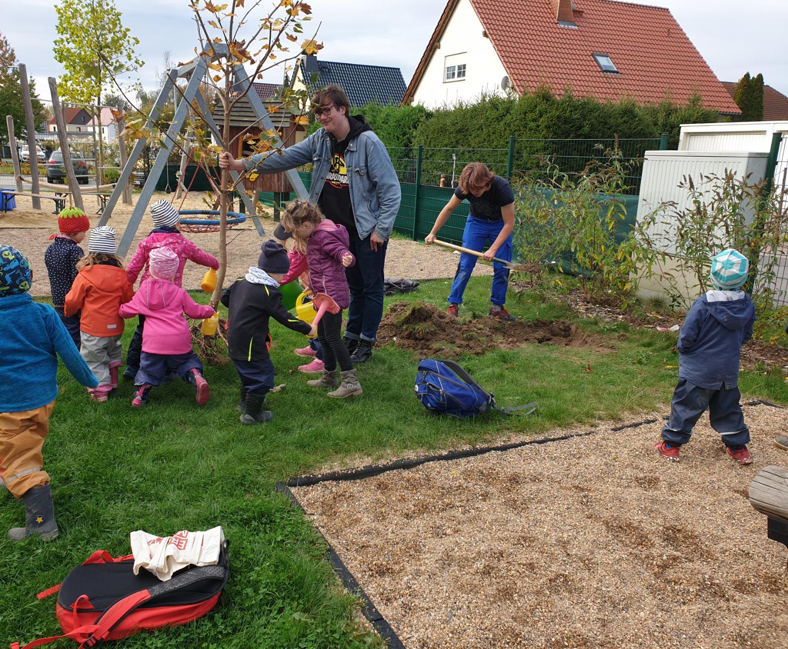 FFF pflanzt Zukunfts-Bäume mit Kührener Kita-Kindern